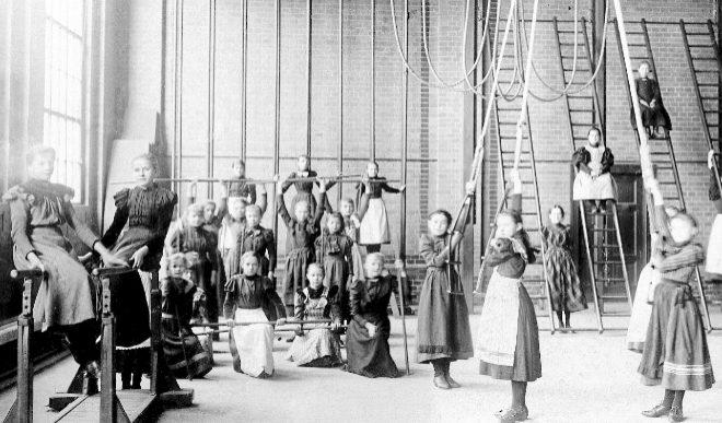 Un grupo de niñas de Primaria se ejercita en el gimnasio de su escuela de Berlín a principios del siglo XX.