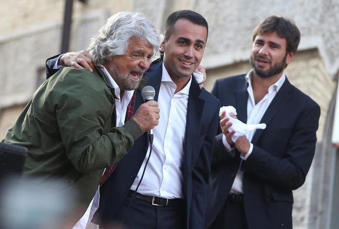 Los líderes del Movimiento 5 Estrellas Beppe Grillo (izda.), Luigi Di Maio (centro) y Alessandro Di Batista (dcha.), protestan por la nueva ley electoral.