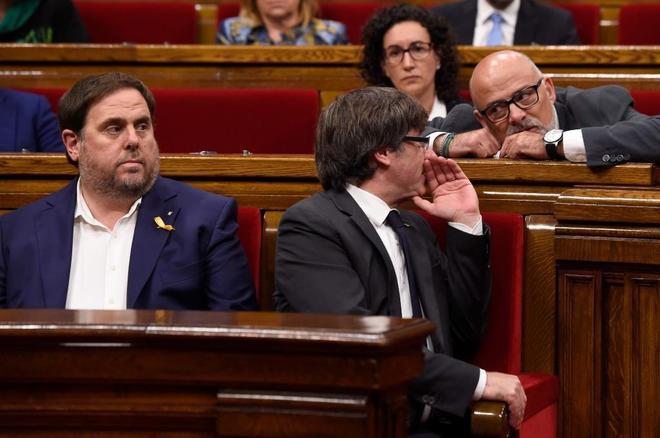 Puigdemont y Corominas durante la sesión del Parlament de ayer.