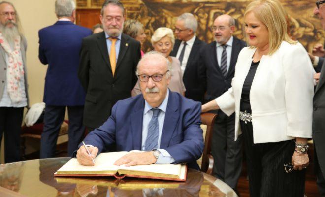 Del Bosque firma en el libro de honor del Ateneo Mercantil de Valencia tras recibir el Premio Tolerancia 2017.