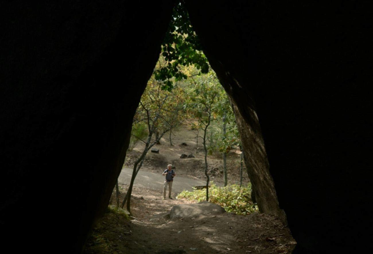 La pista de la senda ecológica desde el interior de la Cueva del Oso
