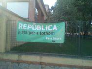 """Cartel en la Escola Puig d'Arques de Cassà de la Selva (Girona) que dice: """"República justa para todos""""."""