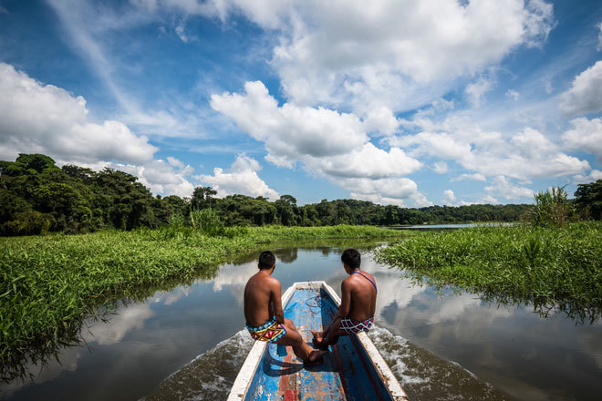 Nativos atraviesan los bosques de Panamá a bordo de un bote.