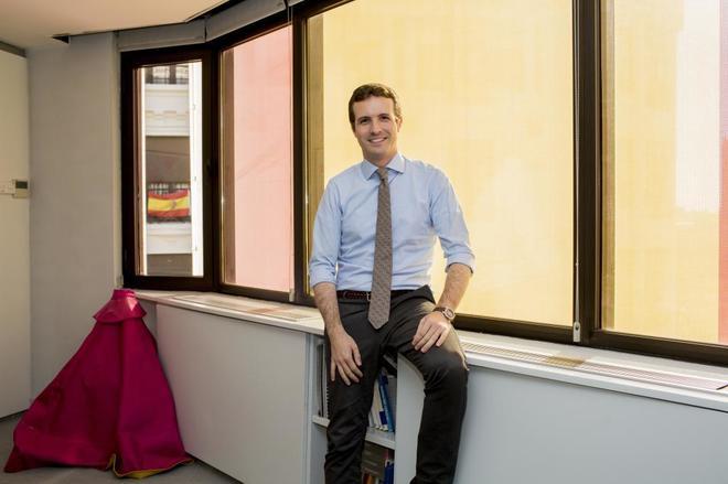 Casado posa en su despacho en Génova.