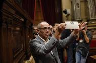 Joan Coscubiela, diputado de Catalunya Sí Que Es Pot (la marca de Podemos en el Parlament), muestra su voto en contra de la independencia.
