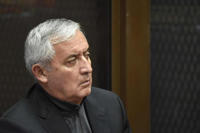Otto Perez Molina, ex presidente de Guatemala, escucha la decisión de la corte.