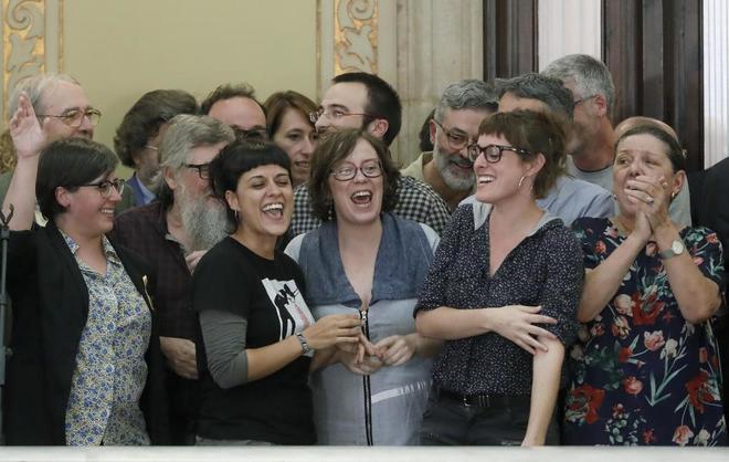 La diputada de la CUP, Anna Gabriel (2i), junto a diputados de su formación muestran su alegría en los pasillos del Parlament tras aprobarse en el pleno, la declaración de independencia