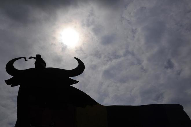 Un operario restaura un toro de Osborne en Mallorca.