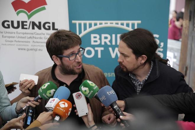 Miguel Urbán y Pablo Iglesias, en un acto de Podemos en Madrid.