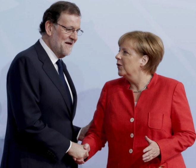 Mariano Rajoy y Angela Merkel se estrechan la mano durante un...