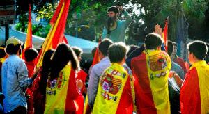Un joven se dirige a un grupo de asistentes a la manifestación...