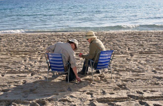Dos personas aprovechan el buen tiempo en una playa de Castellón.