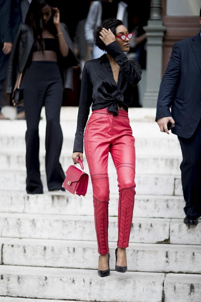 26942a4511 El pantalón de cuero fue una de las piezas estrella del  street style  de  la última semana de la moda de París. Foto  Imaxtree