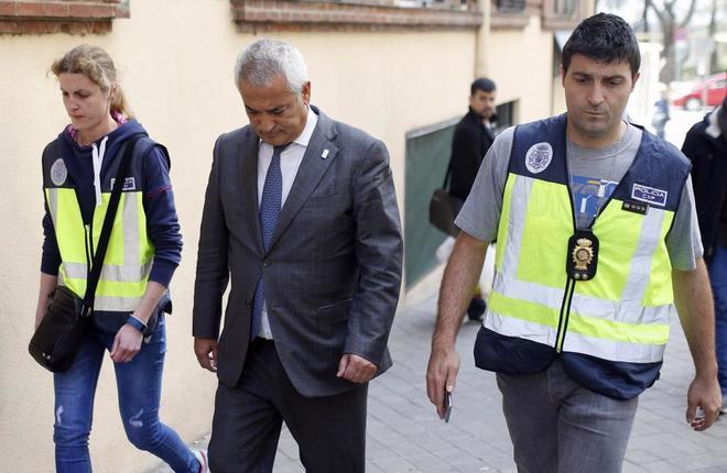 El ex presidente de la Asociación de Usuarios de Servicios Bancarios (Ausbanc), Luis Pineda, tras su detención el año pasado.