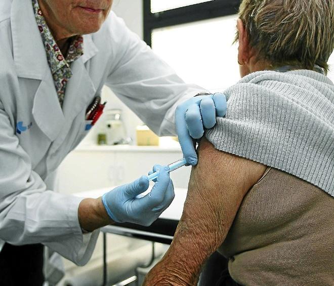 Una enfermera pone la vacuna a una mujer de la tercera edad el año pasado.