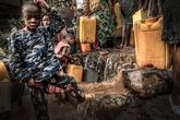 Niños tomando agua de una fuente en Bukavu.