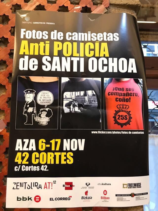Cartel que anuncia la exposición de camisetas Anti-Policía.