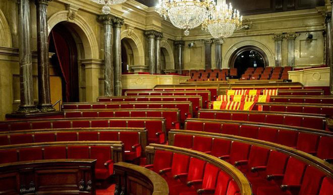Aspecto del hemiciclo tras aprobarse en el pleno del Parlament la declaración de independencia.