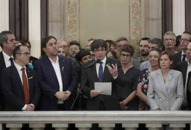 Carles Puigdemont realiza una declaración el Parlament tras la...