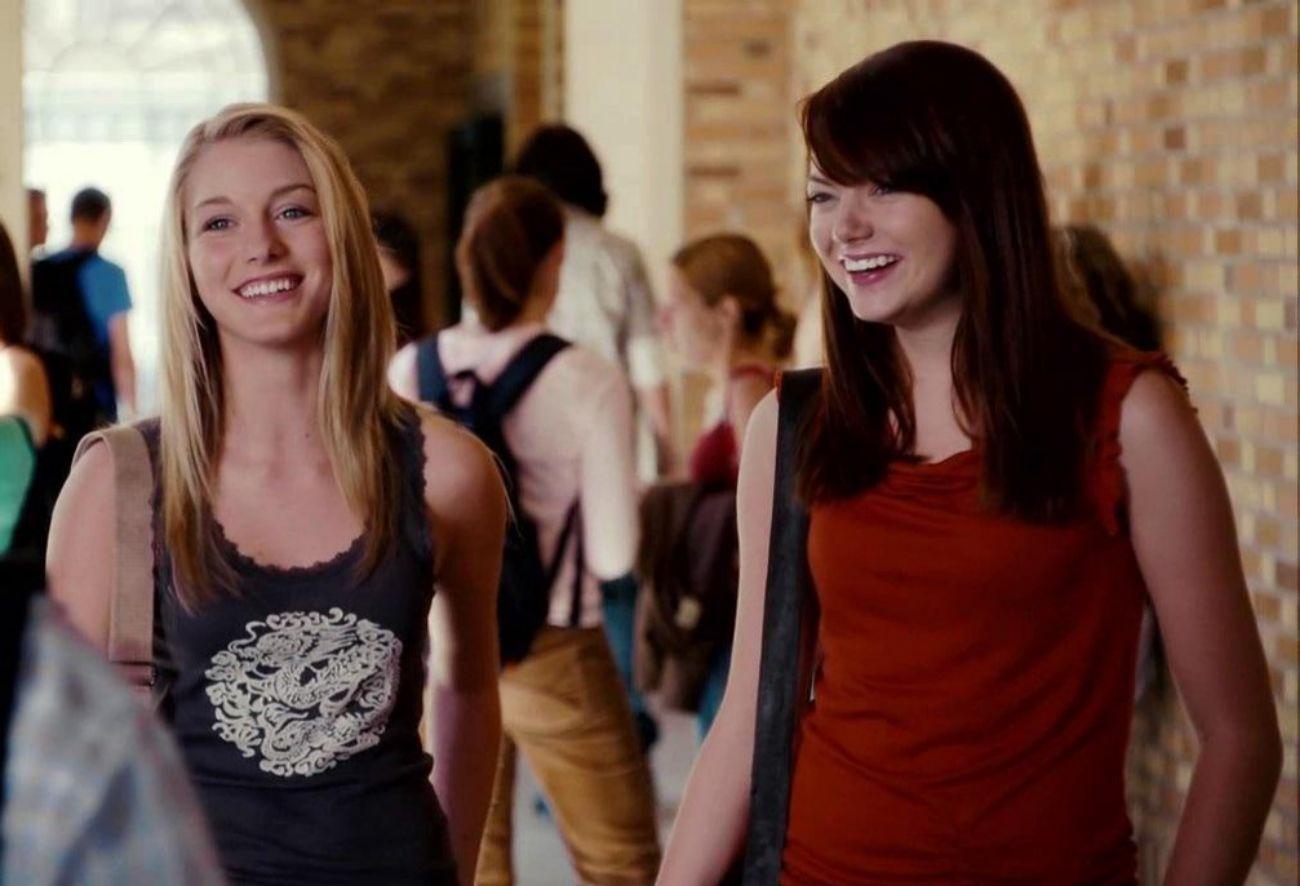 Emma Stone interpreta a Jules, la chica de los sueños de Seth (Jonah...
