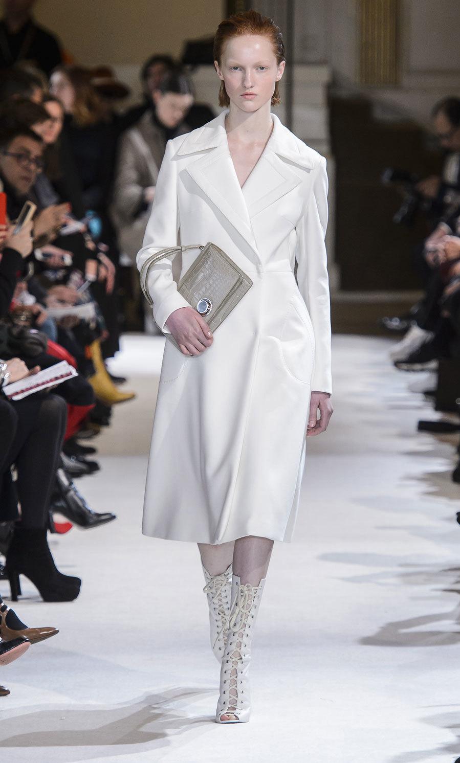 Abrigo blanco liso de Giambattista Valli.