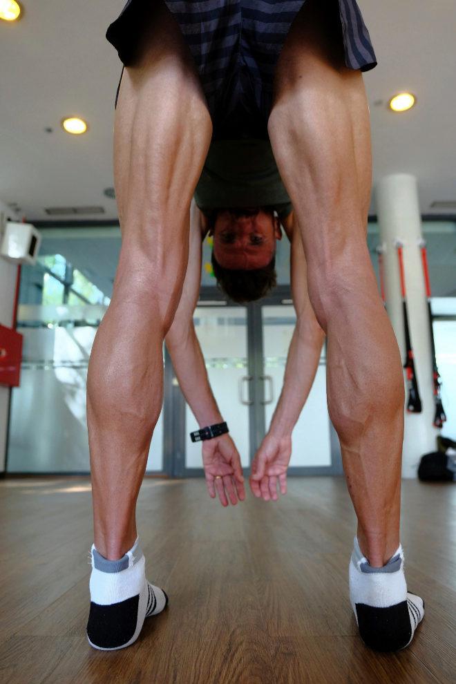 Por qué es importante tocar la punta de los pies con las
