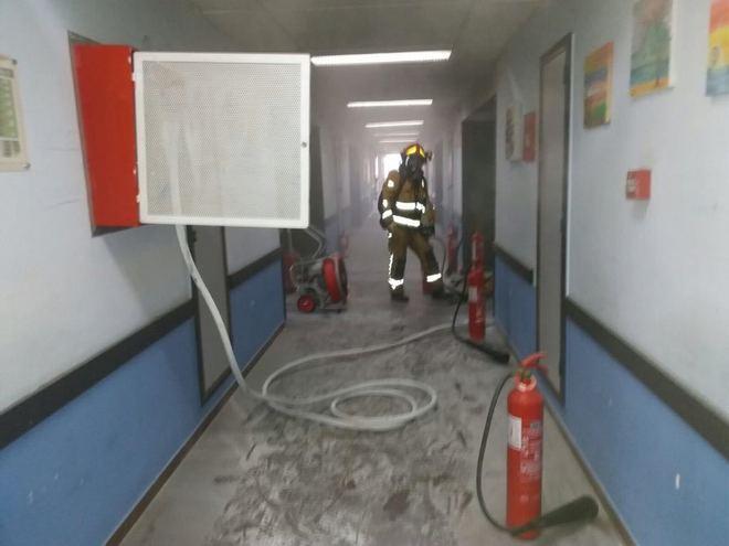 Uno de los bomberos del Consorcio Provincial que ha acudido al hospital tras la llamada de emergencia.