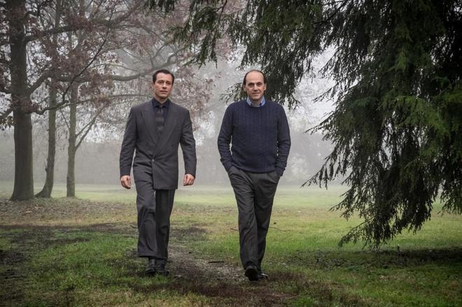 eonardo Notte, interpretado por Stefano Accorsi (izquierda) y Silvio...