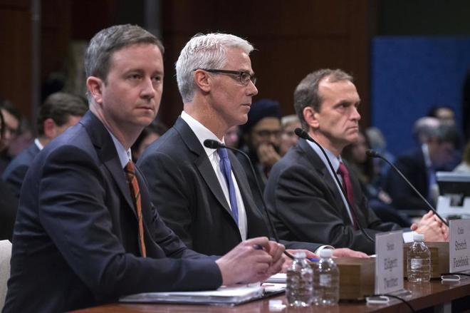 Los consejeros generales de Facebook Colin Stretch, Google Kent...