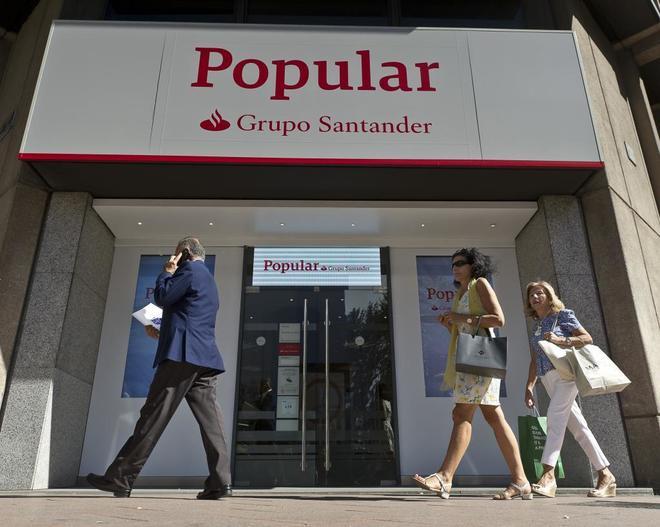Una sucursal bancaria del Banco Popular rotulada como parte del Grupo Santander
