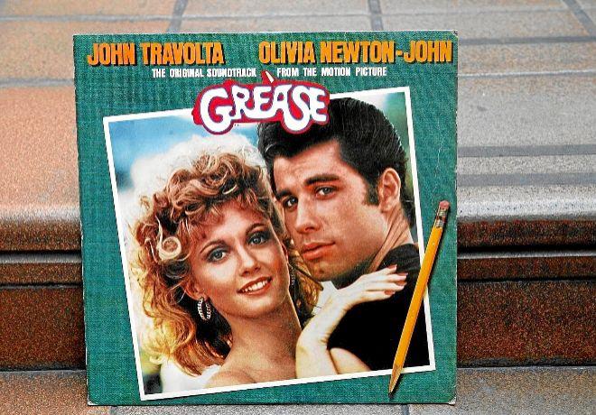 Entre las pilas de álbumes hay clásicos como la bso de 'Grease'.