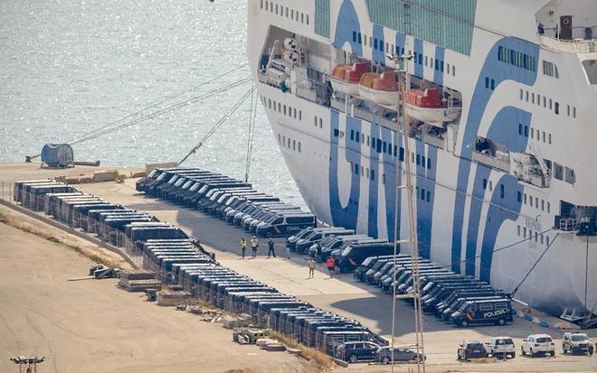 El ferry fletado por el Ministerio del Interior en el puerto de Barcelona donde se alojan agentes policiales destinados en Cataluña