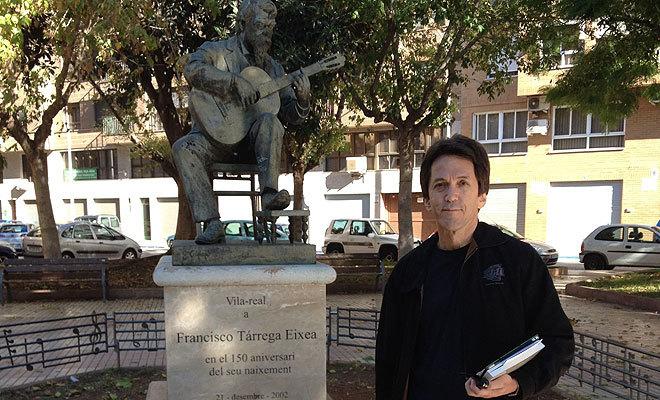 Mitch Albom junto a la escultura de Francisco Tárrega en su visita a Vila-real.