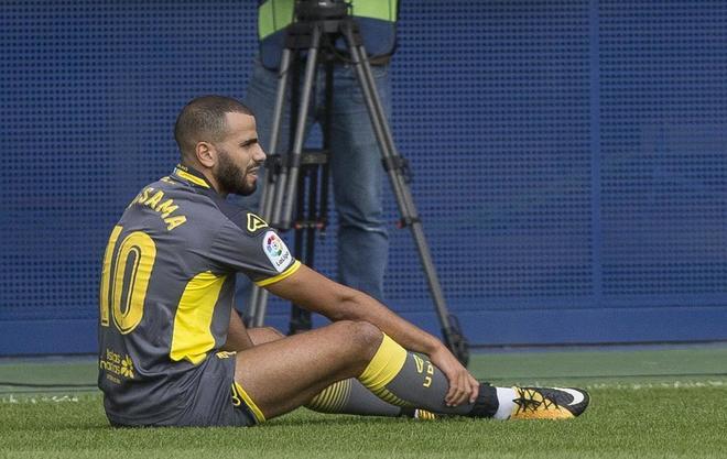 Oussama Tannane se duele en el suelo en el partido ante el Villarreal.