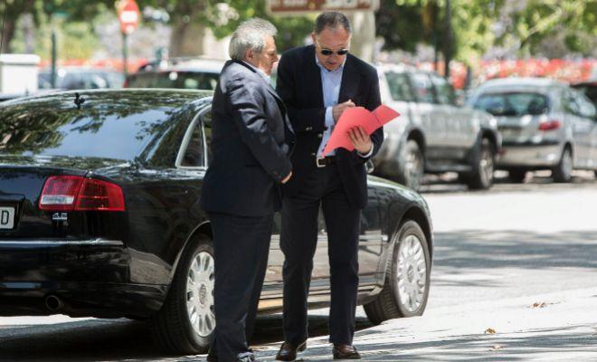 El ex presidente de la Diputación, Alfonso Rus, y el ex alcalde de Genovés, Emilio Llopis, asisten a una reunión de a plana mayor del Partido Popular.