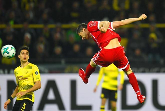 Lewandowski cabecea de forma espectacular, en el partido en Dortmund.