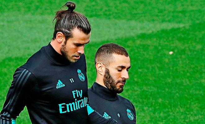 Bale, junto a Benzema, durante el entrenamiento de ayer en Valdebebas.