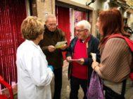 Don Franco de Donno, en el centro, habla con vecinos del municipio italiano de Ostia.