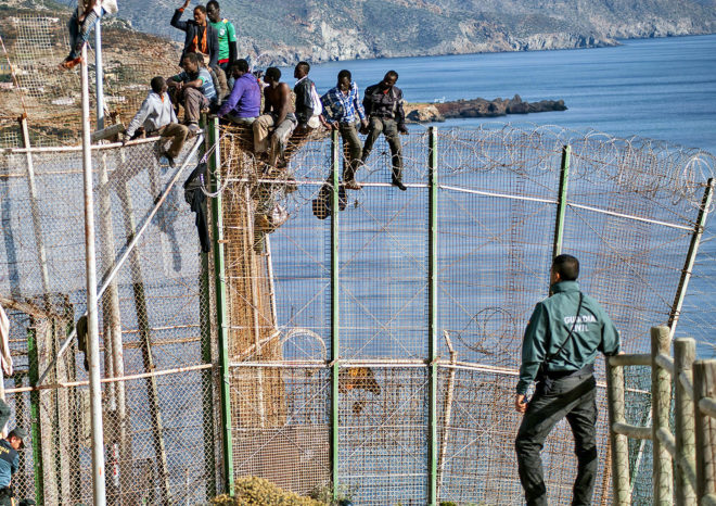 Un grupo de inmigrantes intentan entrar a España saltando la valla de...