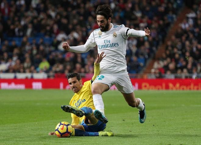 Isco y Vicente Gómez se disputan el balón durante el Madrid-Las Palmas de este domingo.