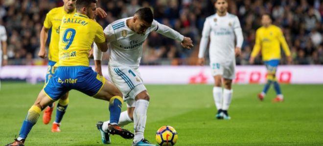 Casemiro (c)  pelea por el balón con Calleri, este domingo en el Bernabéu.