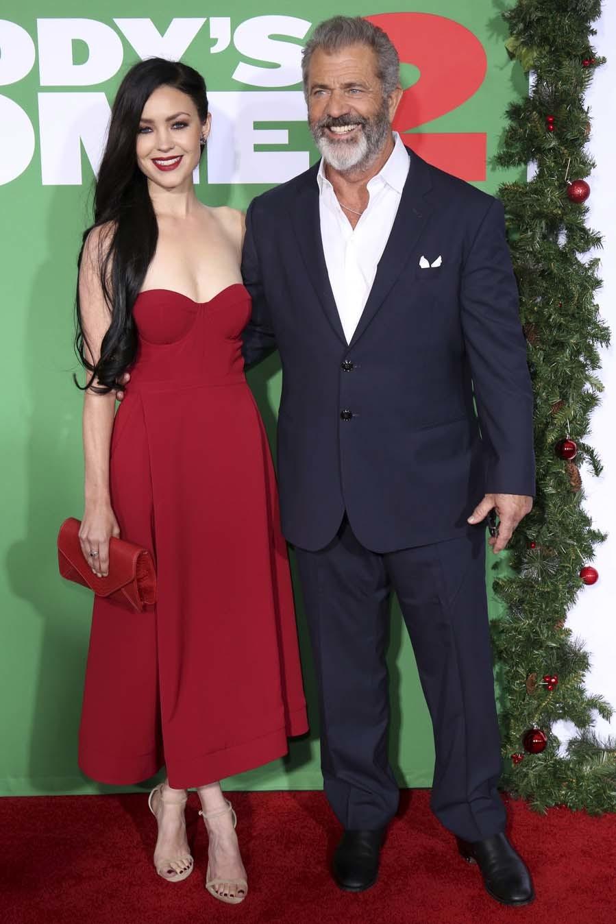 Mel Gibson y Rosalind Ross  en la premiere de Daddys Home 2 en Los...