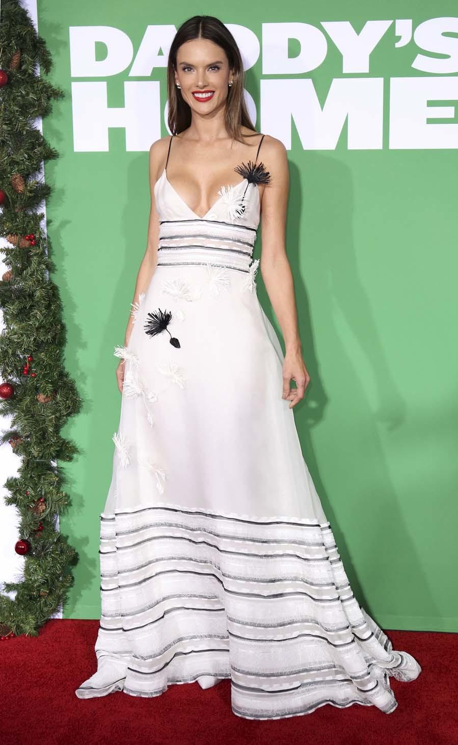 La top apostó por un sexy vestido de tirantes de Carolina Herrera...