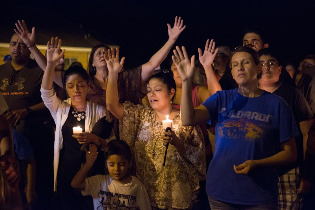 Vigilia en Sutherland Springs por las víctimas de la matanza en una iglesia en Texas.
