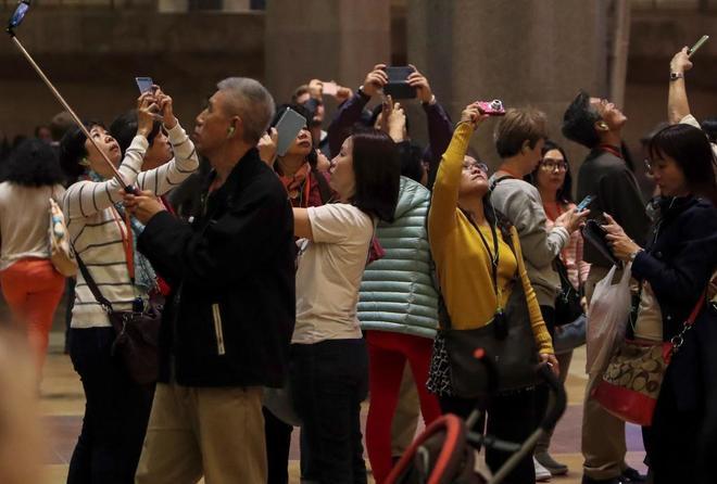 Turistas en el interior de la Sagrada Familia, en Barcelona, el pasado...