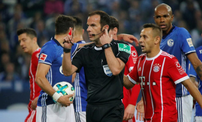 Marco Fritz pide la ayuda del VAR antes de pitar un penalti al Bayern de Múnich en Gelsenkirchen.