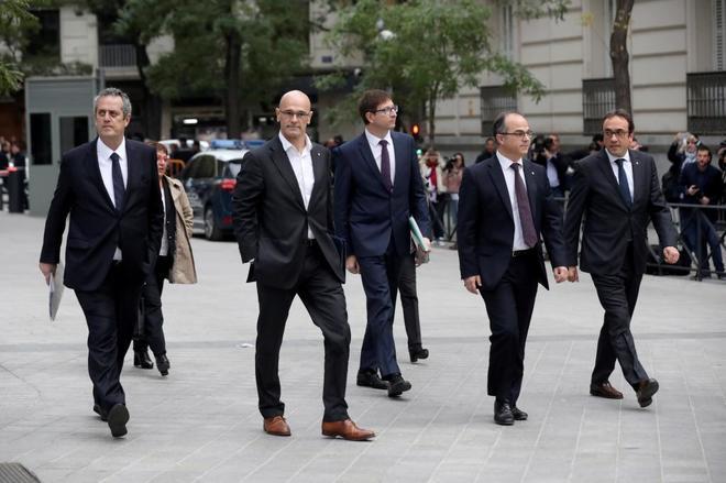 Los ex consejeros catalanes encarcelados llegando a la Audiencia...