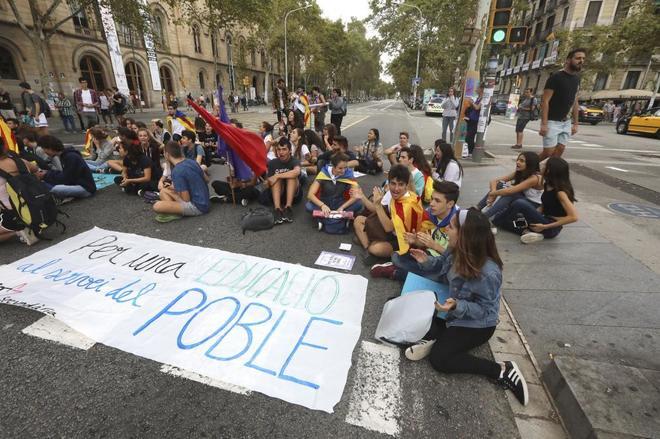Estudiantes en huelga en Barcelona, el pasado septiembre, realizando...