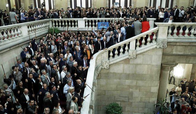 Alcaldes catalanes en las escalinatas del Parlament el pasado 27 de...