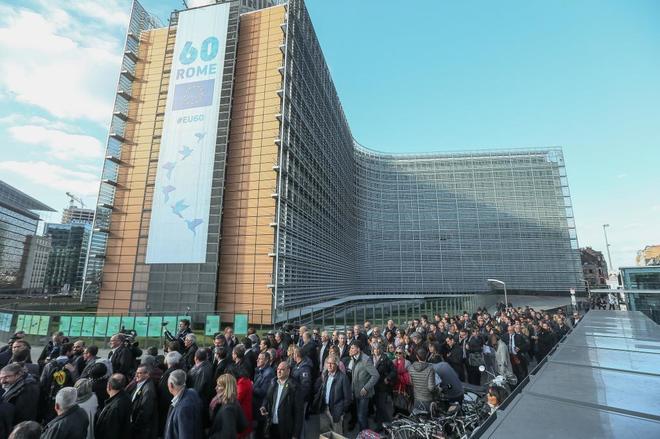 Los alcaldes independentistas que han viajado a Bruselas, ante la Comisión Europea.